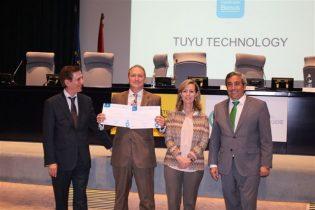 César M. Álvarez, director general de TUYÚ Technology, en la entrega del diploma acreditativo